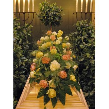 Sargbukett mit Rosen