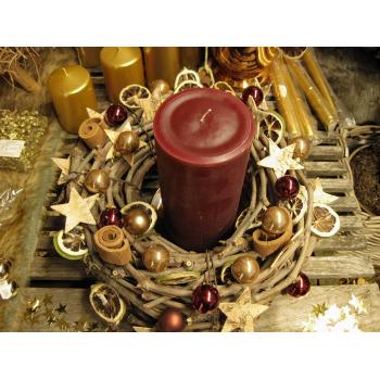 Zweigenkranz mit einer Kerze